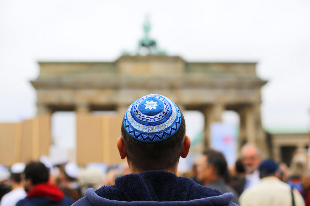 A man wearing a kippah waits for the start of an anti-Semitism demo at Berlin's Brandenburg Gate September 14, 2014. THOMAS PETER/REUTERS