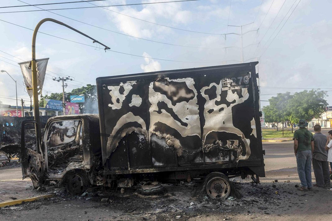 A burned truck in the streets of Culiacán. / Twitter @lajornadaonline