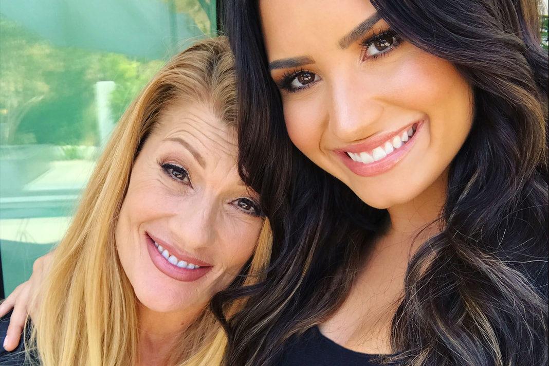 Dianna De La Garza (left) and Demi Lovato (Twitter/Dianna De La Garza)
