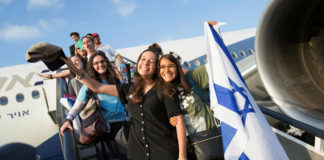 Immigrants from North America arrive at Ben-Gurion Airport. (Tomer Neuberg/Flash90)