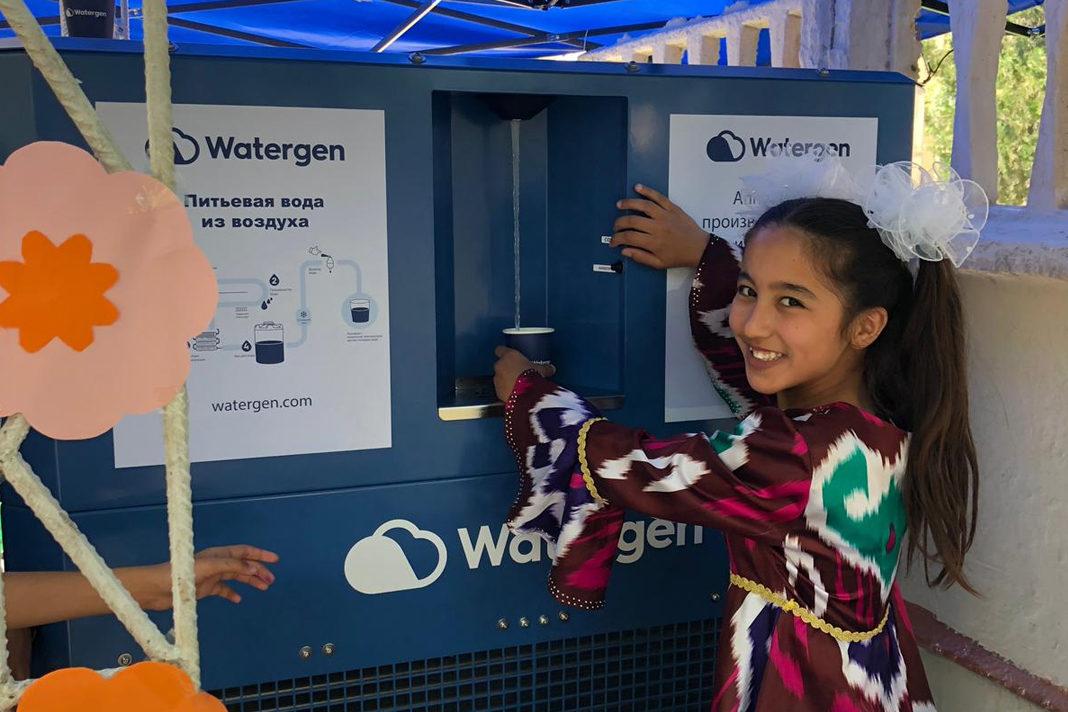 Child in Uzbekistan enjoys water thanks to Israeli startup Watergen. (Watergen)