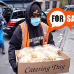 Volunteer distributes food in New York. CreditEFE / EPA / JUSTIN LANE