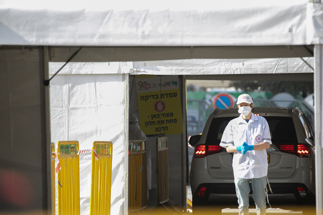 A Magen rescuer David Adom at a mobile coronavirus test center in Jerusalem, March 24, 2020. (Olivier Fitoussi / Flash90)