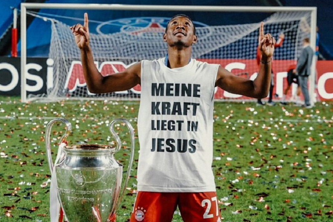 David Alaba celebrates the Champions League title wearing a shirt with the message: My strength lies in Jesus, 23 August 2020, Lisbon. / Twitter David Alaba