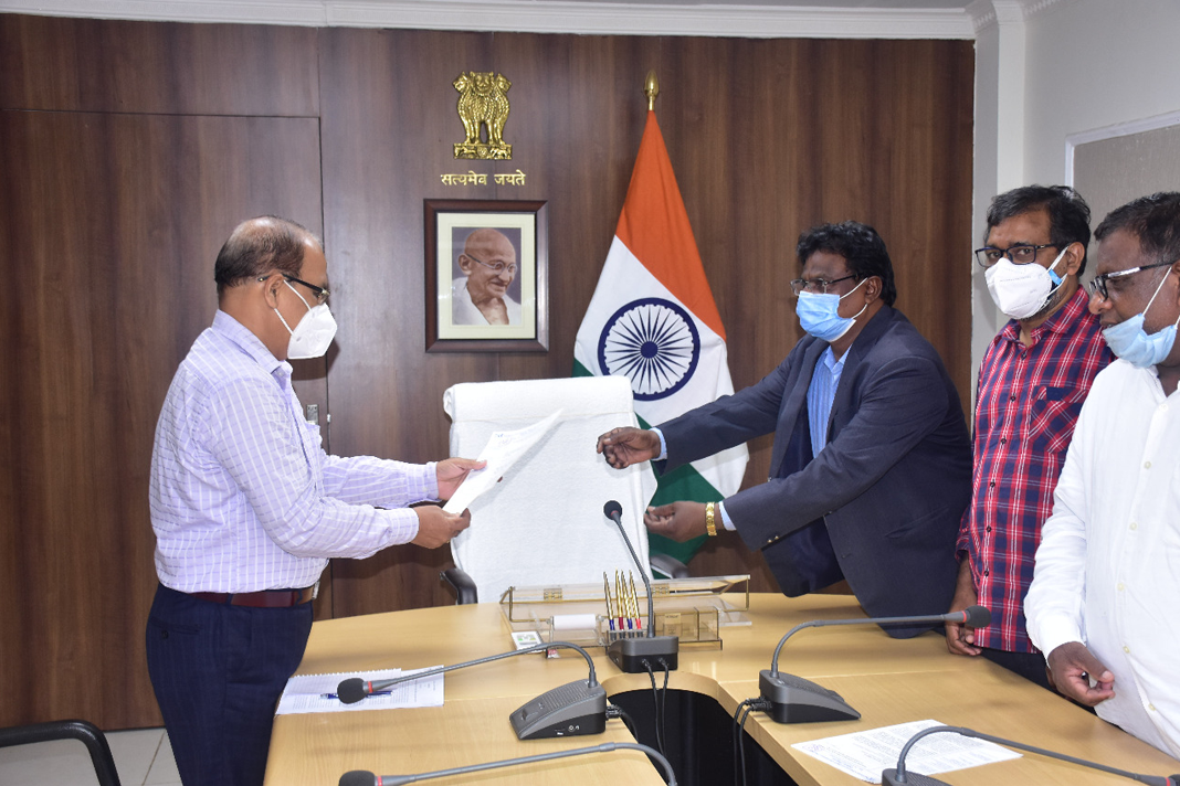 Dalit leaders present their case for an end to discrimination against Dalit Christians to an official in Odisha. Image credit: Asianews